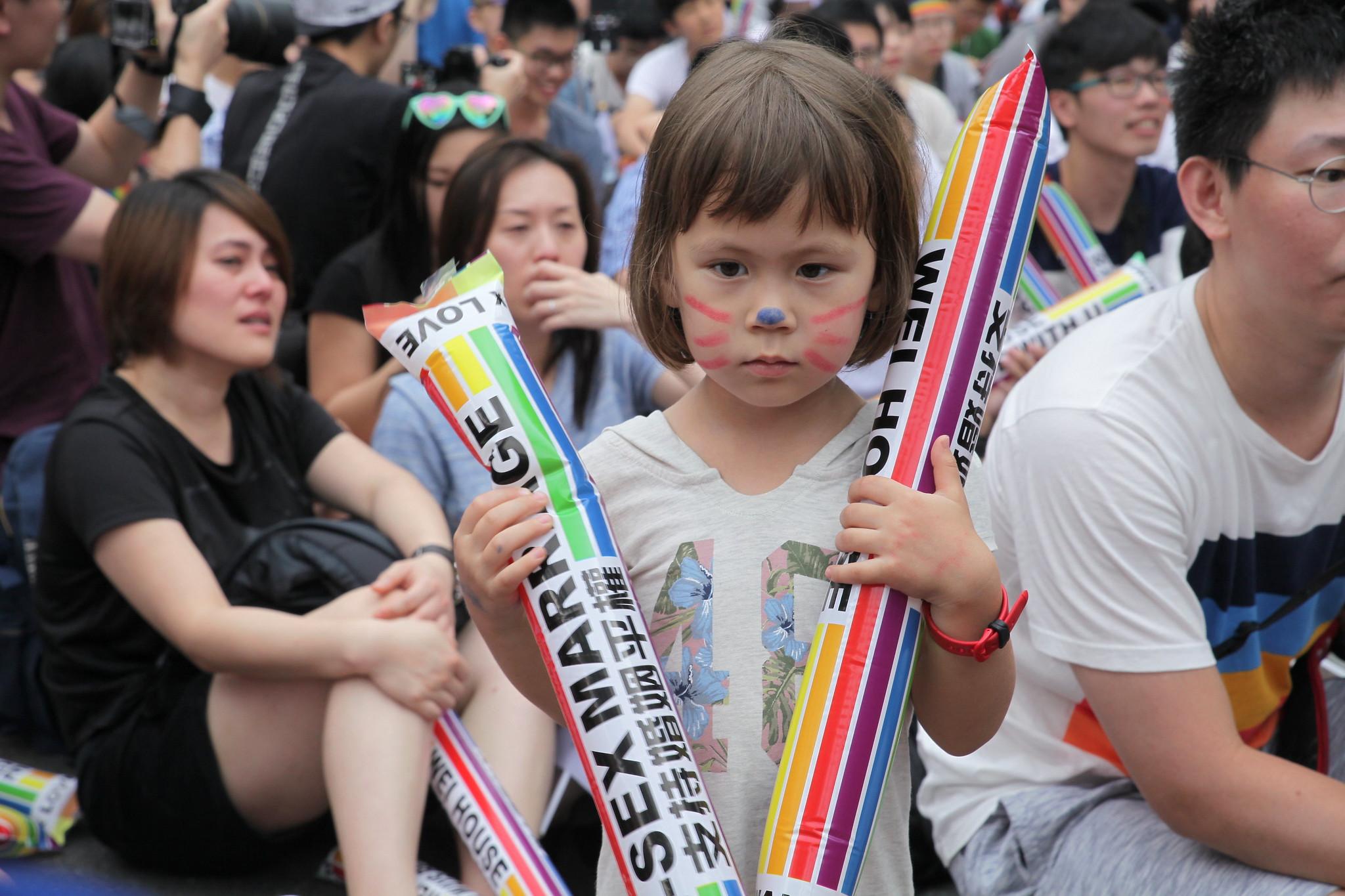 一位小女孩手持「支持婚姻平權」的氣球棒。(攝影:陳逸婷)