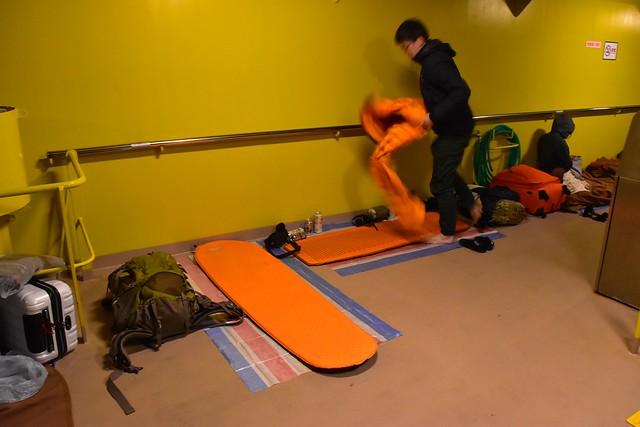 橘丸の甲板 登山用マットとシュラフで雑魚寝