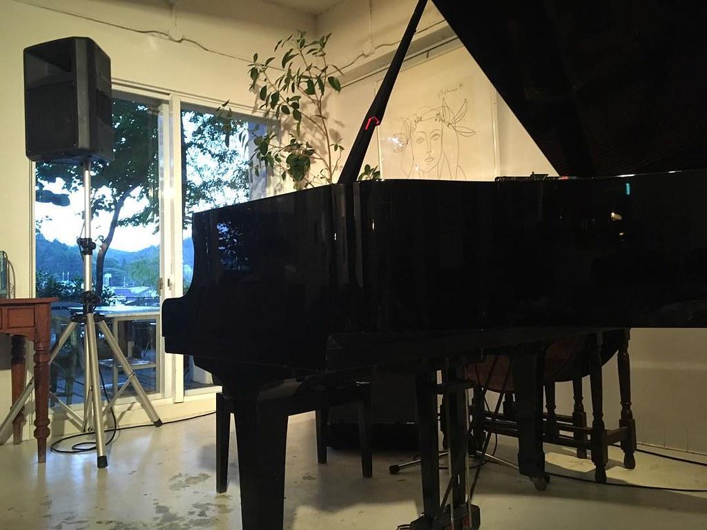 会場最前列の自席から見たピアノ