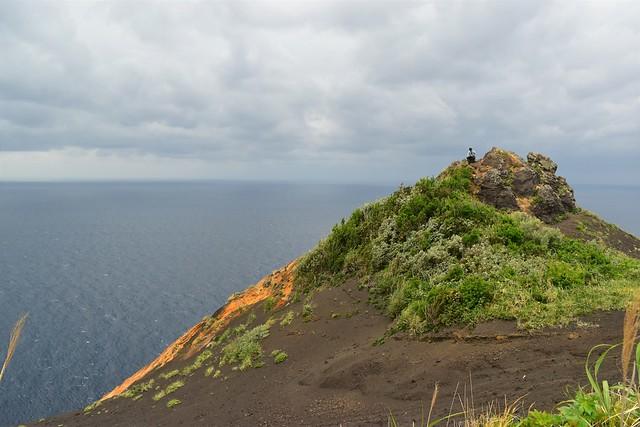 八丈島・黒砂砂丘の岩の展望台