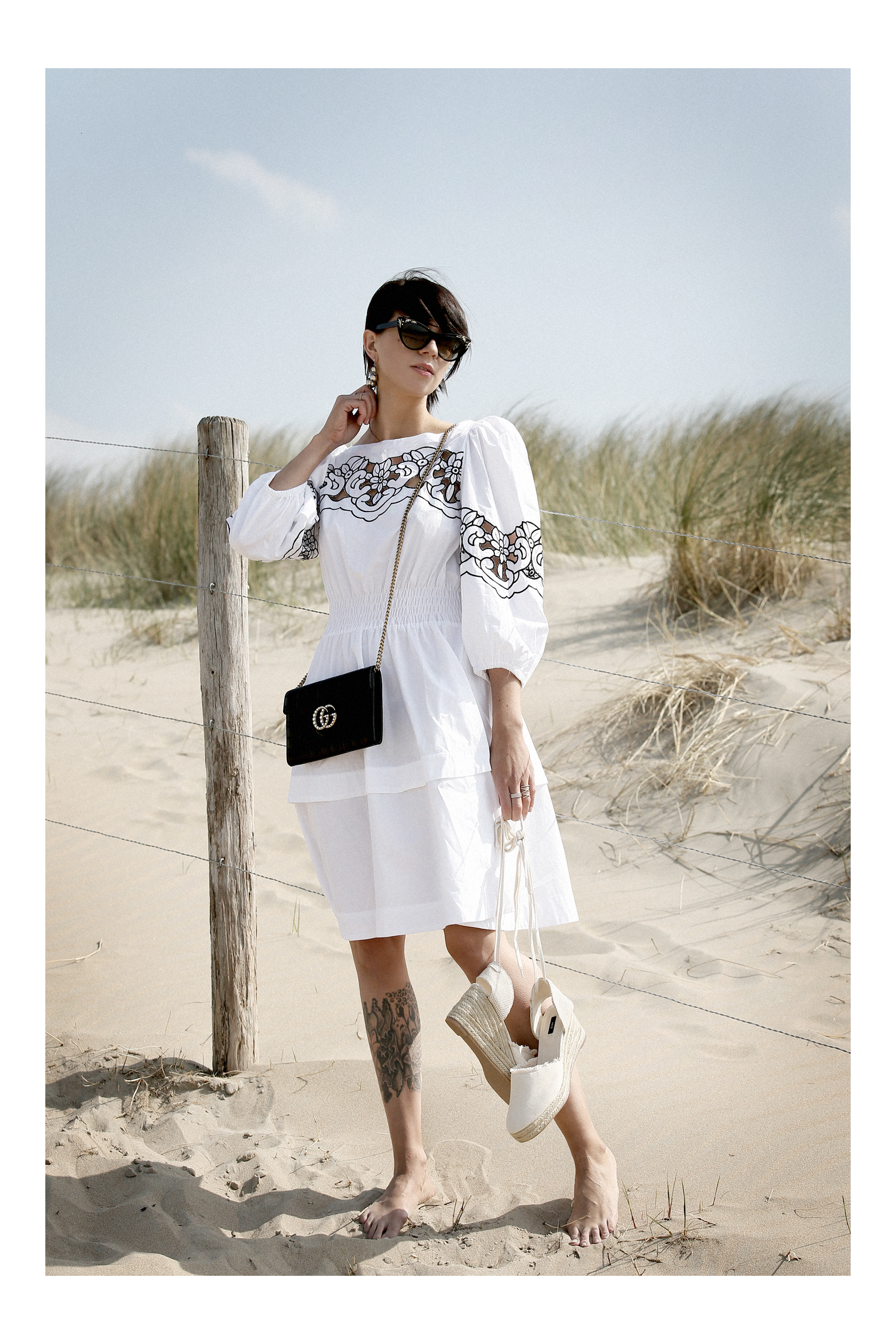 outfit breuninger pinko dress kleid gucci marmont clutch bag chain woc sunglasses blogger fashionblogger white dressing beach dunes summer holiday cats & dogs blog modeblogger ricarda schernus düsseldorf styleblogger sea ocean photography 7