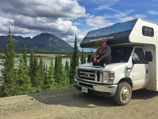 Sele en la autocaravana con la que está recorriendo Alaska