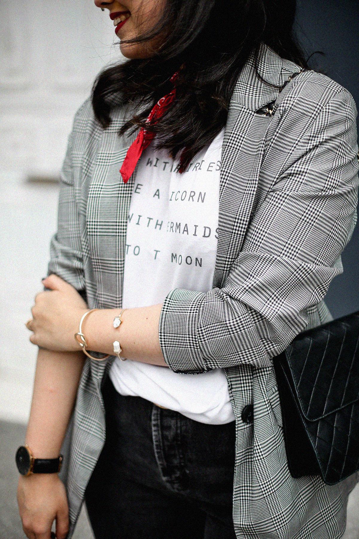 blazer-gris-cuadros-bershka-bandana-roja-mom-jeans-myblueberrynightsblog3