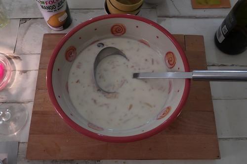 Shrikhand = indisches Joghurtdessert (Schüssel)