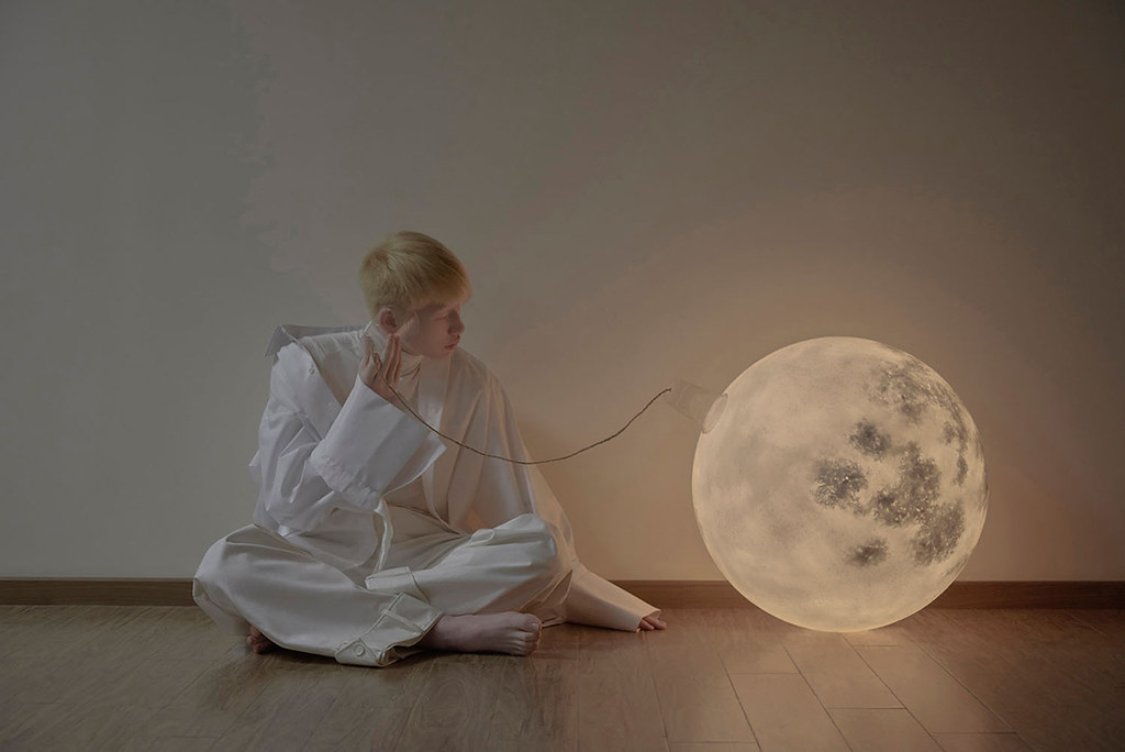 Full moon lamp for Acorn Studio's Luna lamp by Hong Kong fashion photographer Leungmo Sundeno_01