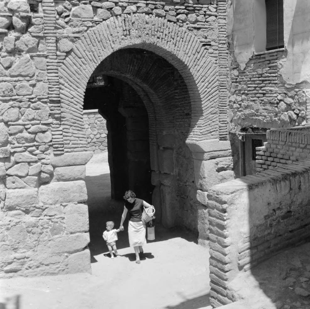 Mujer y su hijo en la Puerta vieja de Bisagra hacia 1960. Fotografía de Eugene V. Harris o Clarence Woodrow Sorensen © University of Wisconsin-Milwaukee/The Board of Regents of the University of Wisconsin System