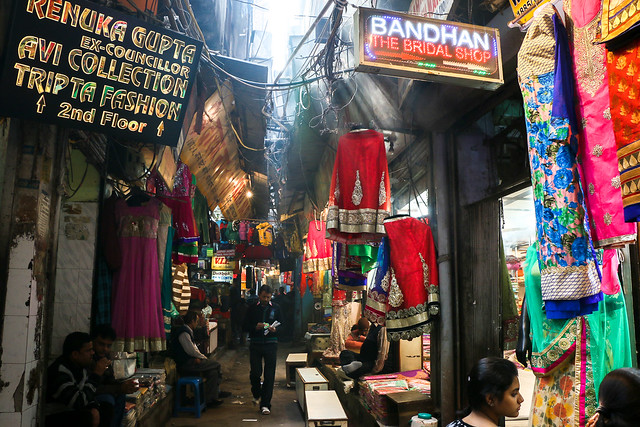 An alley in the market, Old Delhi, India オールド・デリー 服飾バザールの路地