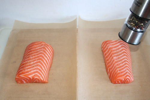 25 - Lachs mit Salz & Pfeffer würzen / Season salmon with salt & pepper