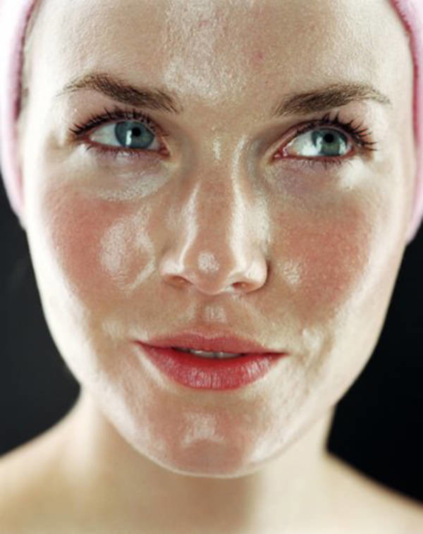 油性肌膚常抱怨油光滿面,青春痘跟粉刺冒不停!油性肌膚透過飛梭雷射的治療,達到皮脂腺收縮的效果。平時正確毛孔清潔、控油再搭配合適的保養品可改善油性肌膚。