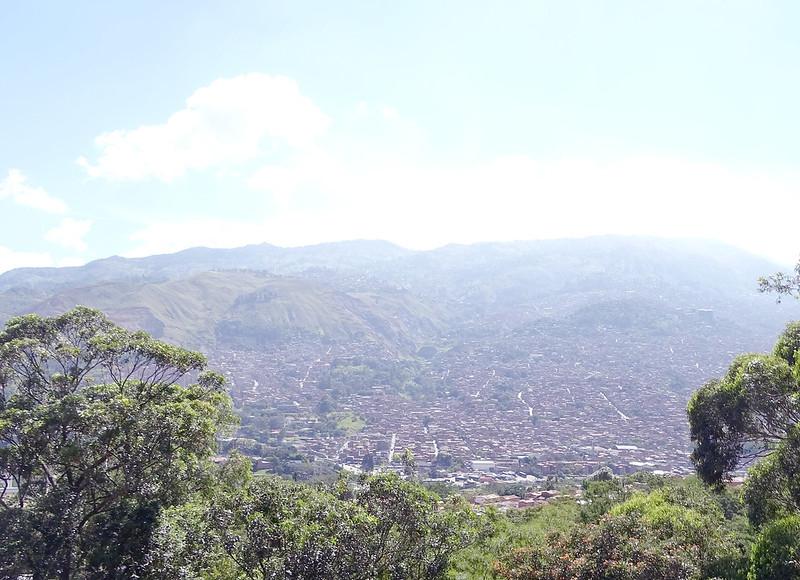 paisagem com montanhas e prédios