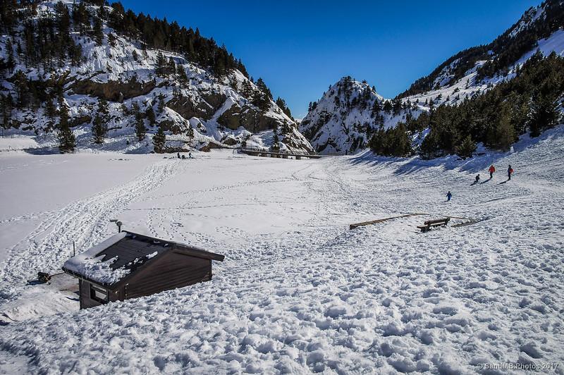 El lago de Núria en invierno desde detrás del embarcadero