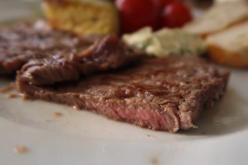 Dünn geschnittenes Nebraska Beef vom Grill (Querschnitt)