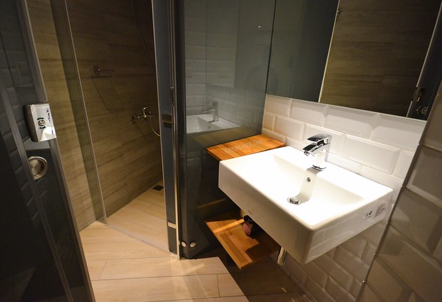 Meander Taipei Hostel double room shower and toilet