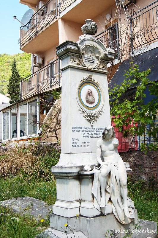 Старое надгробие возле храма Св. Фомы
