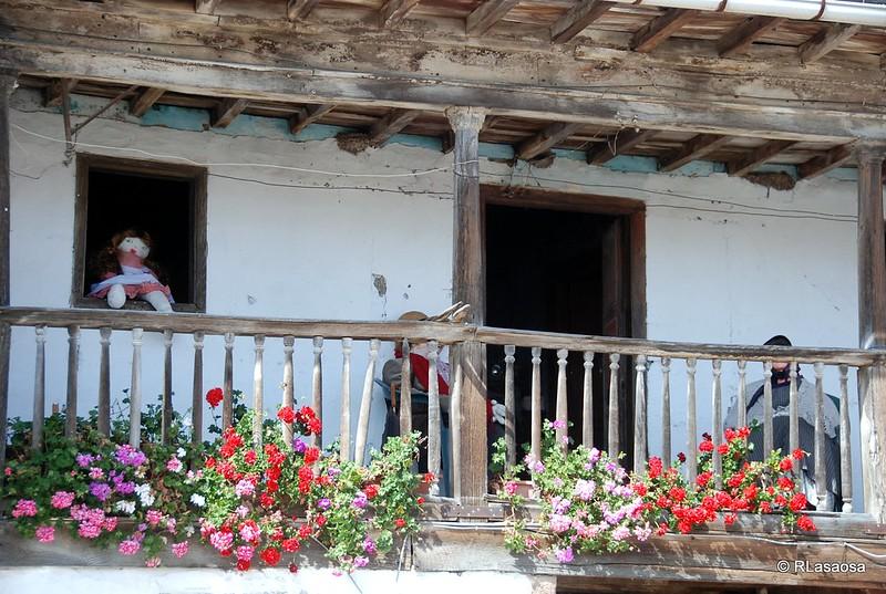 Un curioso balcón en una casa tradicional de Torazo