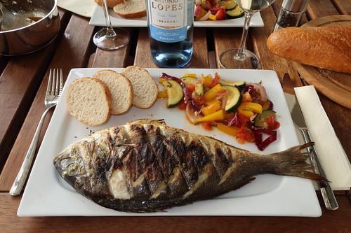 Gegrillte Dorade mit mediterranem Gemüse und Baguette