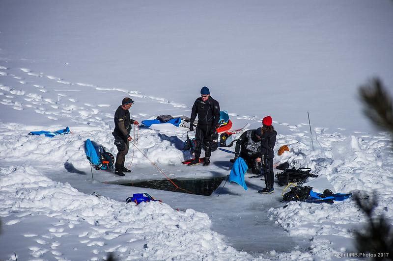 Submarinistas en el lago de Núria en invierno