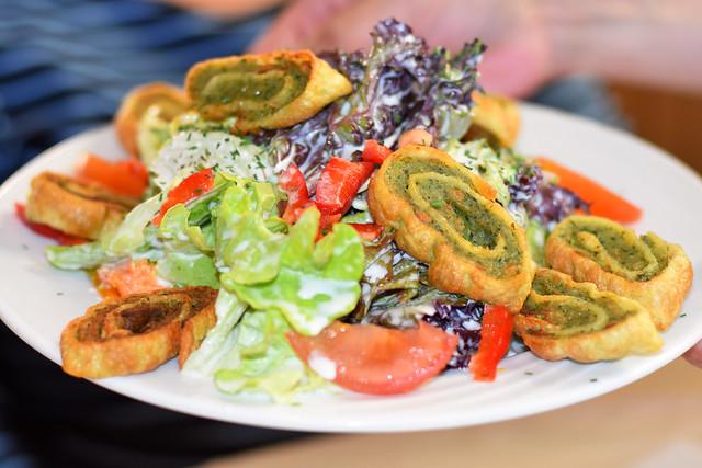 Typisch schwäbisch: Salat mit Maultäschle ... Foto: Brigitte Stolle