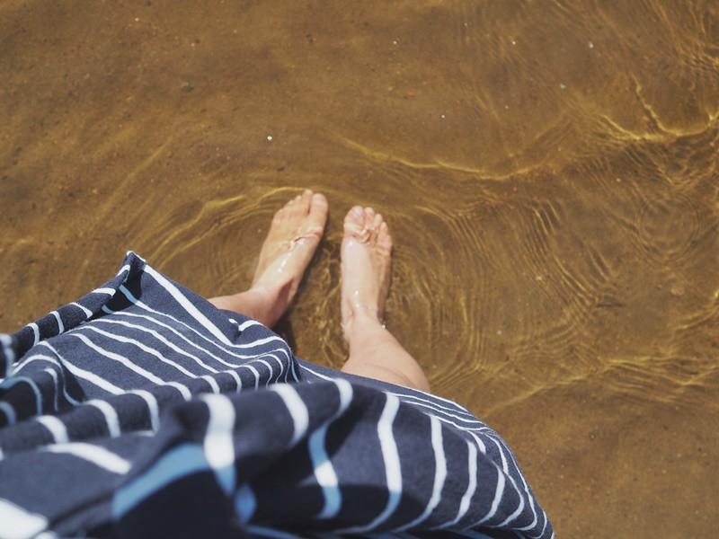 rannalla-kahlaus-varpaat-kesä-kevät