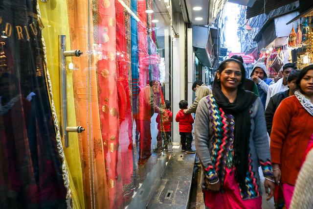 An alley in fabric market, Old Delhi, India オールド・デリー 布地バザールの路地