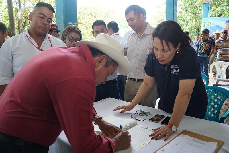 Familias de Hda. La Cabaña firman sus escrituras de propiedad