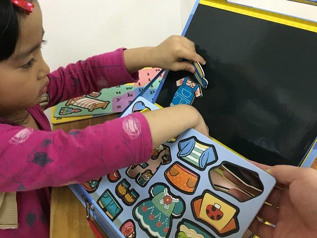 刀模都切得很完整,小孩也能輕鬆把磁鐵剝下來@小豬乖乖的歡樂遊戲寶盒