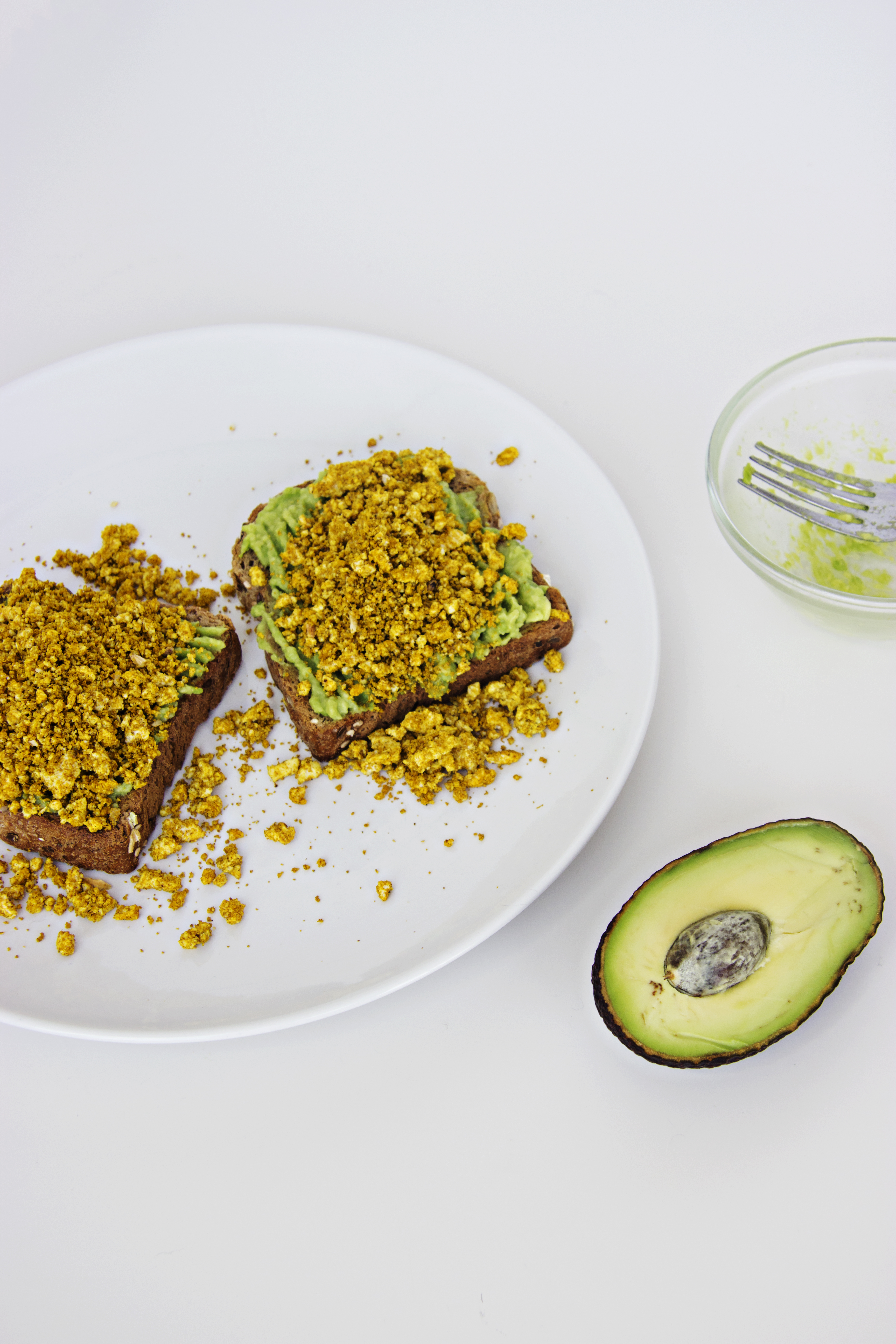 Torradas com Puré de Abacate e Tofu Mexido / Toast with Mashed Avocado and Scrambled Tofu
