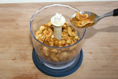 24 - Cashewnüsse & Curry in Mixer geben / Put cashew & curry in blender