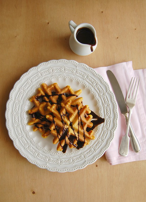 Brazilian carrot cake waffles with chocolate glaze / Waffles de cenoura com calda de chocolate