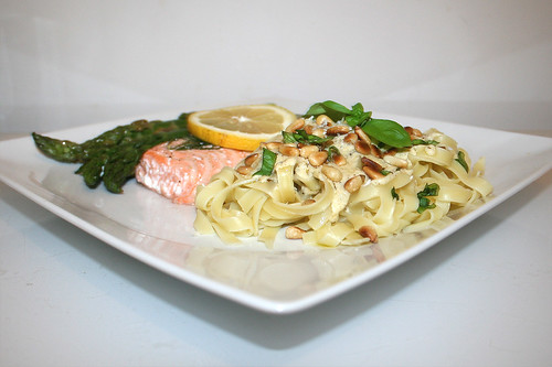 43 - Salmon with green aparagus on tagliatelle with lemon basil sauce - Side view / Lachs mit grünem Spargel an Tagliatelle mit Zitronen-Basilikum-Sauce - Seitenansicht