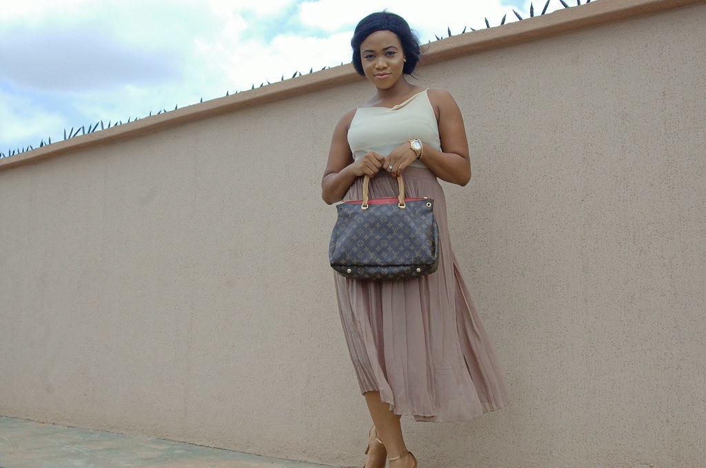 How to style beige, Summer 2017, Nude outfit, hm skirt, streetstyle fashion, Lagos streetstyle, Lagos streetstyle blogger, lagos blogger, nigerian blogger, fashion blogger 2017, pleated skirt, how to style pleated skir (4)