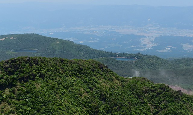 韓国岳山頂から硫黄山の噴煙と白紫池と御池