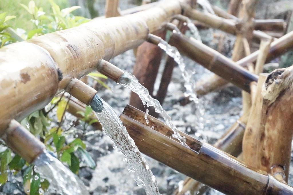 鄧敦方的裝置藝術「ciyasepong」阿美族語水搗米的意思,放置於水梯田旁,是藝術品也用來趕鳥。圖片來源:花蓮林管處