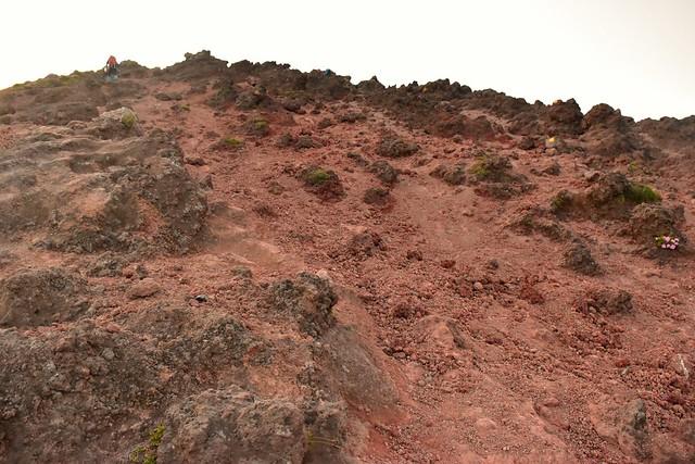 高千穂峰 赤い砂地