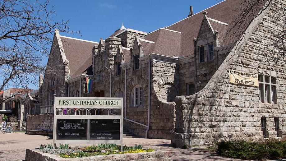 First Unitarian Church 近貌,高掛著彩虹旗與婚姻平權標語(標語在同性婚姻合法後已更換),圖片取自First Unitarian Society of Denver 官網。