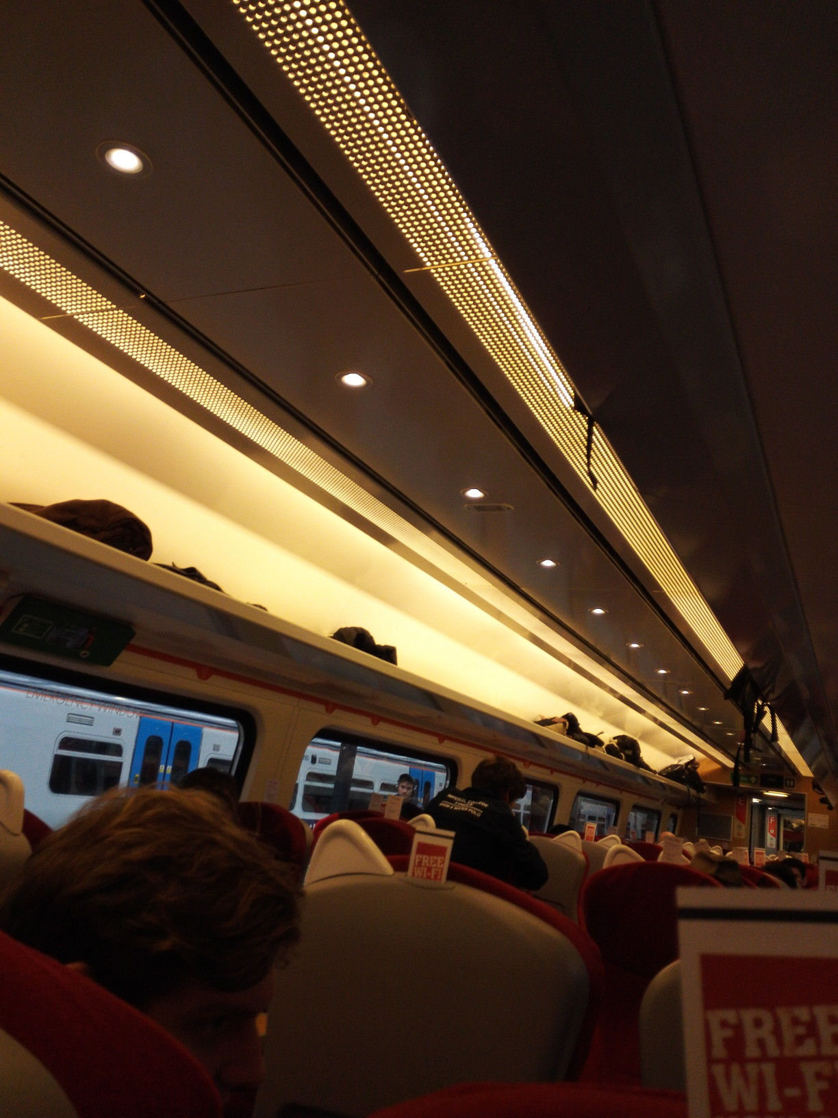 エディンバラ行き列車の車両内。バージントレイン・イーストコースト