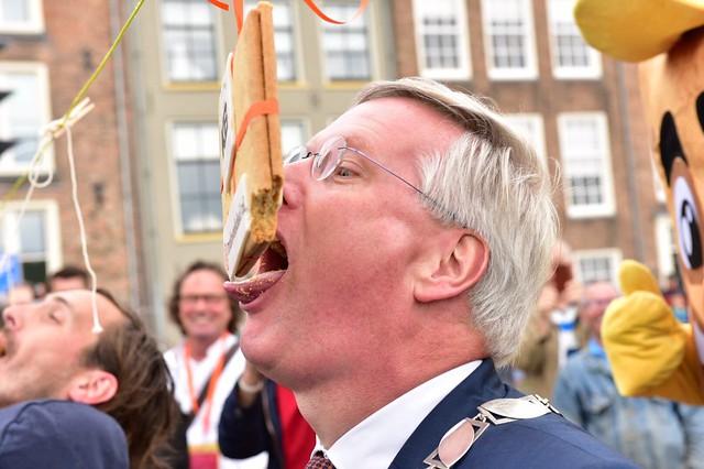 Foto's wereldrecord koekhappen in Deventer