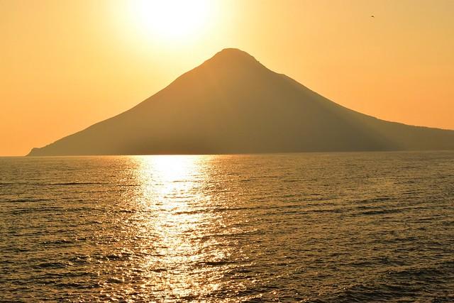 長崎鼻からの夕焼けと開聞岳
