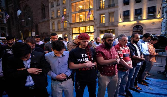 مسلمون في أمريكا أمام برج ترامب