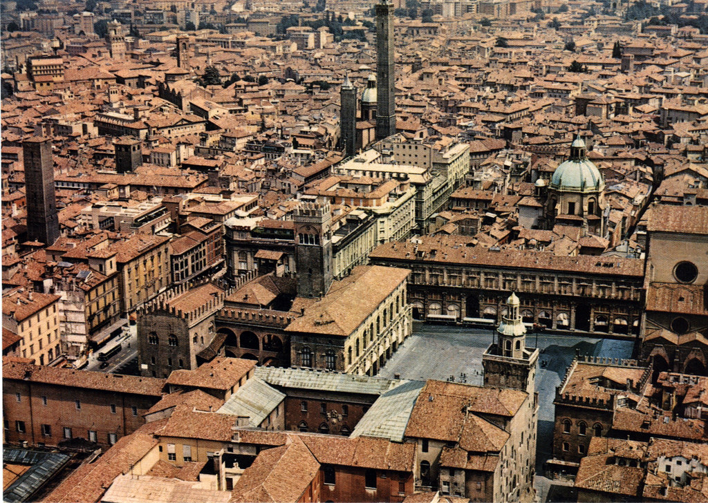 Vue sur le centre historique de Bologne : La Piazza Maggiore au premier plan, les Tours de Bologne au second.
