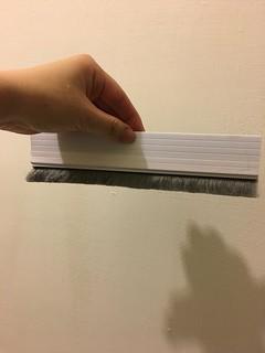 門縫填補毛刷條,希望能阻絕最近的蟲蟲危機!