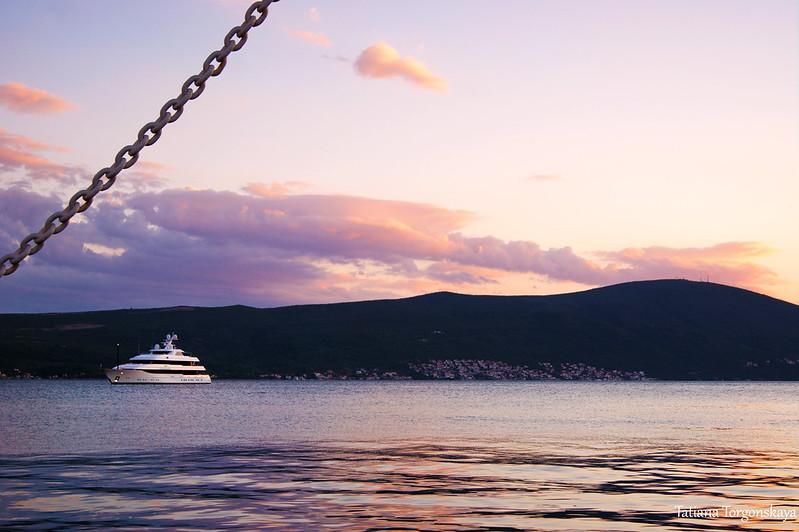 Море на закате с набережной Тивата