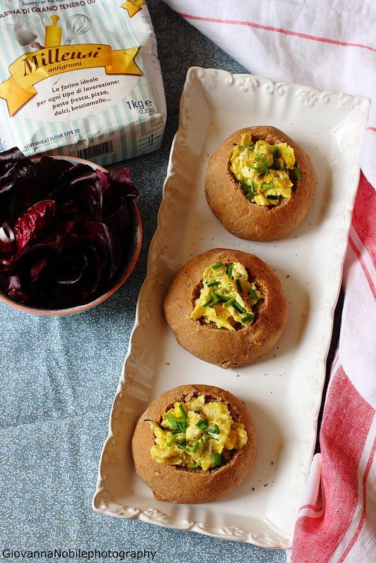 Panini integrali con le noci e germe di grano, farciti con uova strapazzate, emmentaler ed erba cipollina