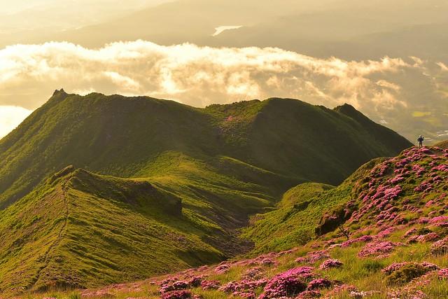 高千穂峰 二子石を眺める登山者