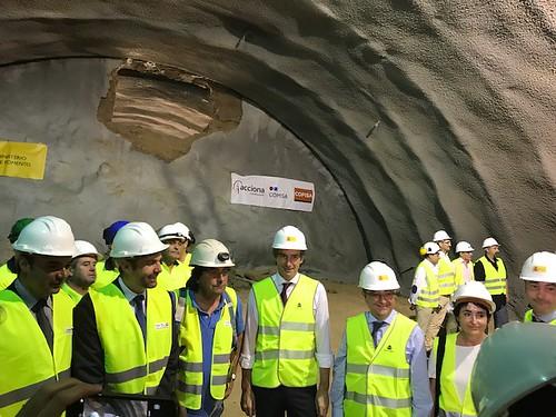 El ministro de Fomento presente en el cale del túnel de Olesa