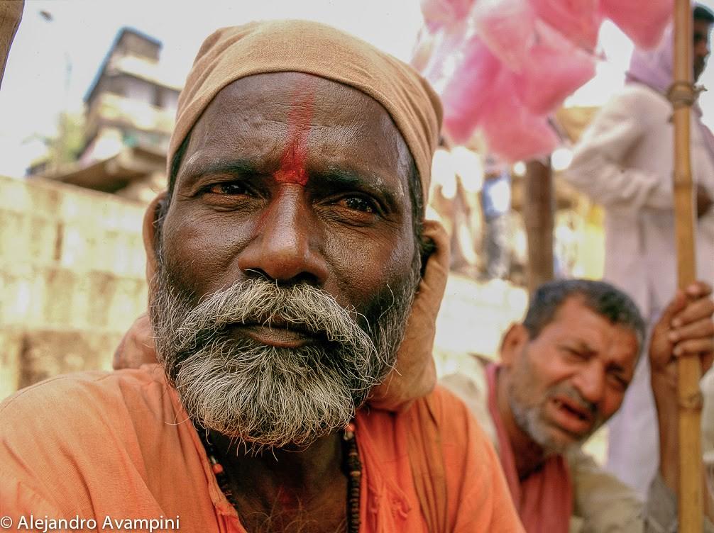 Sadhu con un compañero que lo seguía