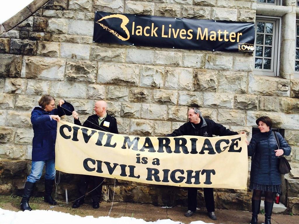 First Unitarian Society of Denver成員在美國同性婚姻合法化後換上反種族歧視議題標語(圖片取自:First Unitarian Society of Denver 臉書粉絲頁)