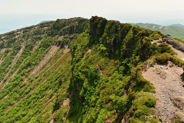 霧島山・韓国岳登山 火口の断崖絶壁