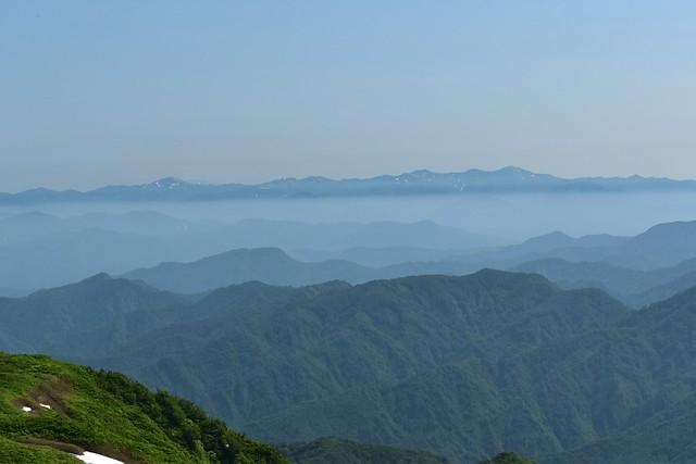 二王子岳から眺める朝日連峰