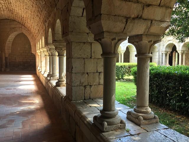 Claustro románico del Monasterio de Santa María de Vilabertrán (Alto Ampurdán, Girona)